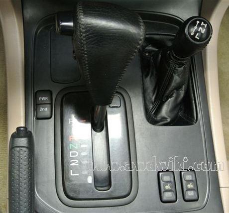 الرباعي وتفاصيلها toyota-land-cruiser-100-gear-levers.jpg
